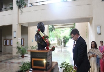The U.S. Counsel General Mumbai, Mr. Edgard Kagan paying homage to Founder President,Hope Foundation, Late Shri Pralhad P Chhabria